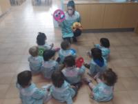 Niños en la escuela escuchando en el suelo