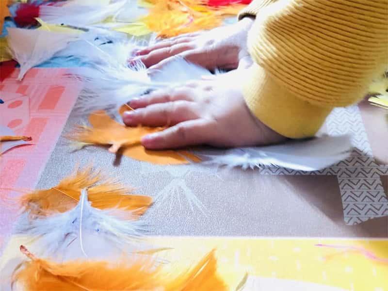Manitas de un niño en la escuela experimentando texturas
